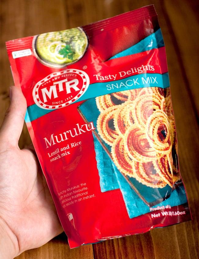 インドの軽食 ムルクの素 - MURUKU MIX 【MTR】 4 - 手に持ってみました。この一袋で、結構たくさんのムルクを作ること出来ますよ。アレンジムルクで数種類作るのも便利です。