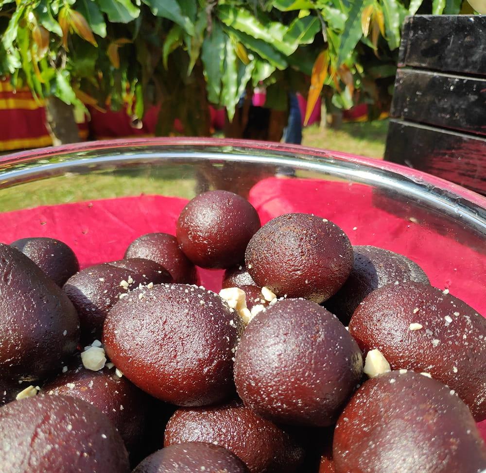 インドお菓子  グラブジャムンの素 -Gulab Jamun Mix 4 - こちらはインドで見かけたグラブジャムン。たいへん甘かったです。