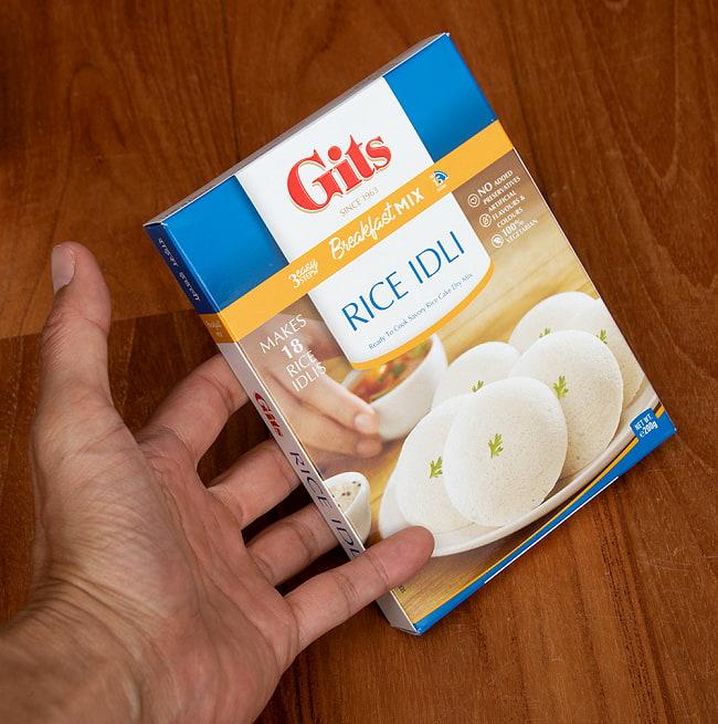 インドの軽食 ライス イドリーの素 - RICE IDLI Mix 【Gits】 3 - 手に持ってみました。この一箱で30g(直径5-6cm)のイドリーが18個作れます。