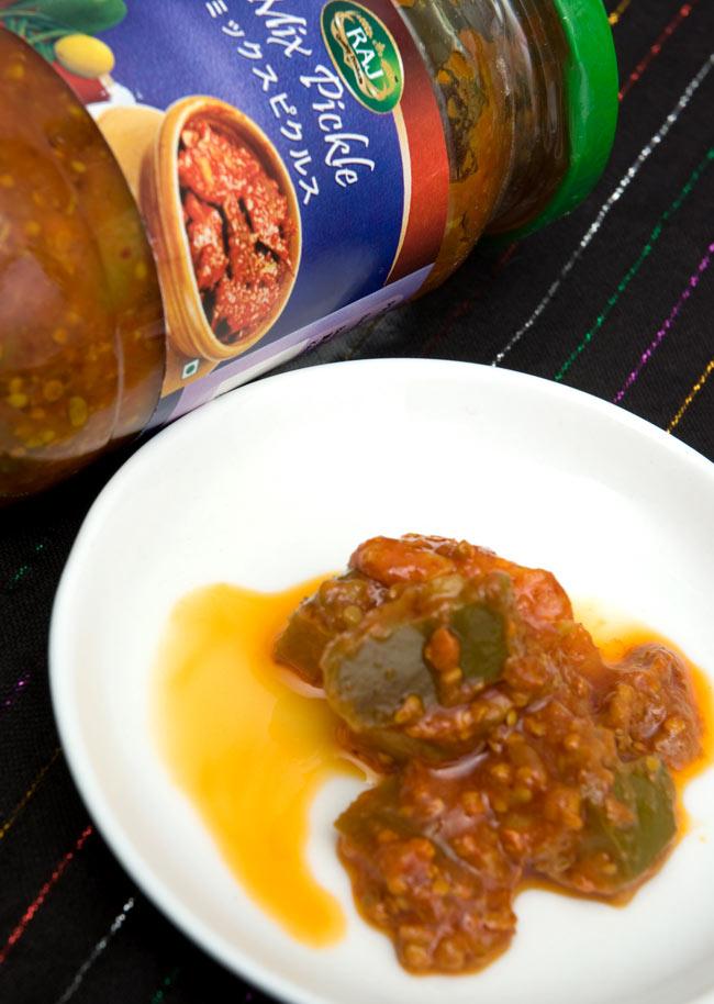 インドのピクルス (アチャール)ー ミックス 【RAJ】 2 - 大き目にカットした野菜を丁寧に漬けこみました。製造会社ごとに秘伝の味付けがあり味が違いますので、食べ比べてみてお好みの一品を探してみてはいかがでしょうか。なお写真は別のパッケージです。