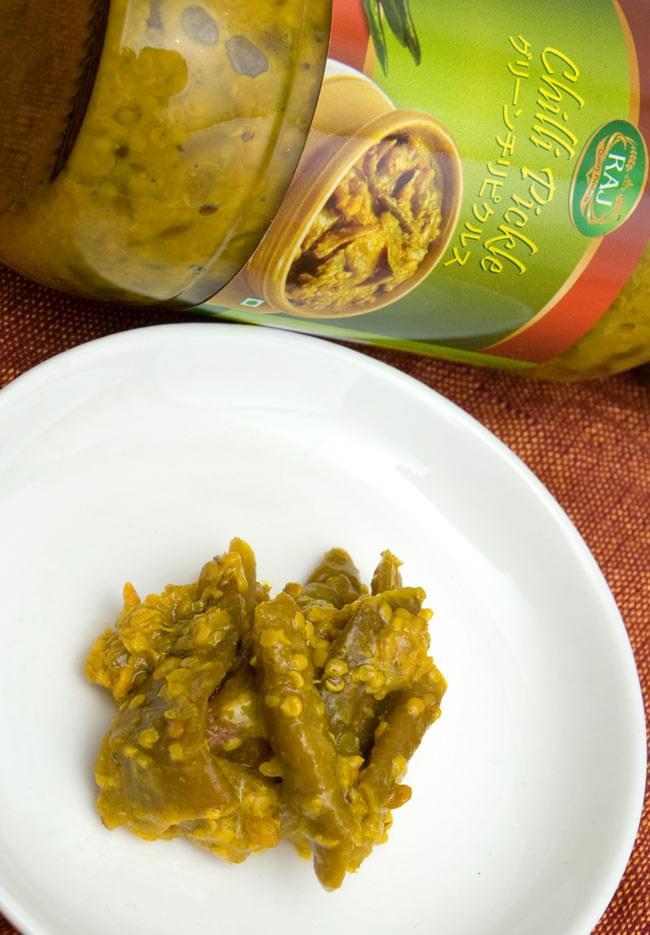 インドのピクルス (アチャール) - グリーン チリ 【RAJ】 2 - グリーンチリを唐辛子と塩で丁寧に漬けこみました。製造会社ごとに秘伝の味付けがあり味が違いますので、食べ比べてみてお好みの一品を探してみてはいかがでしょうか。