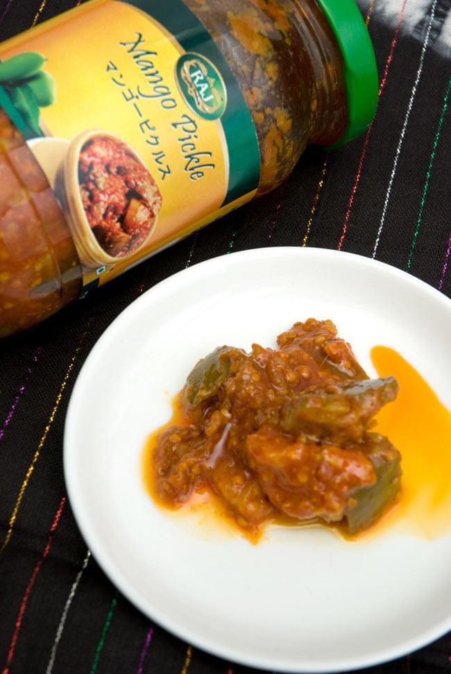 インドのピクルス (アチャール) - マンゴー400g 【RAJ】 2 - 大き目にカットしたマンゴーがごろっと入っています。唐辛子と塩によく漬かっています。製造会社ごとに秘伝の味付けがあり味が違いますので、食べ比べて見てお好みの一品を探してみてはいかがでしょうか。