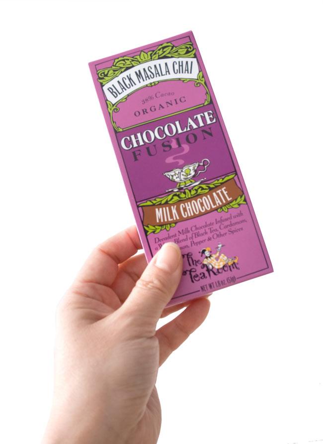 【冬季限定】オーガニックチョコレート - ブラックマサラチャイ 【The Tea Room】 3 - 手に持ってみました。おしゃれなパッケージ。食べたあとは、箱が飾りになりそうです。