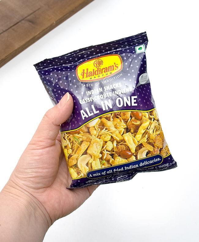 インドのお菓子 オールインワン 小サイズ - ALL IN ONE 【S size 50g】の写真2 - 手に収まるくらいの大きさで食べきりサイズ。やみつきのキケンを回避できます。