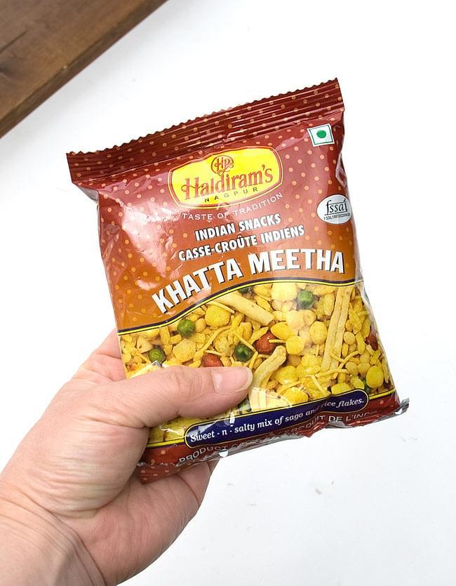 インドのお菓子 カッタミータ 小サイズ - KHATTA MEETHA 【S size 50g】の写真2 - 手に収まるくらいの大きさで食べきりサイズ。やみつきのキケンを回避できます。