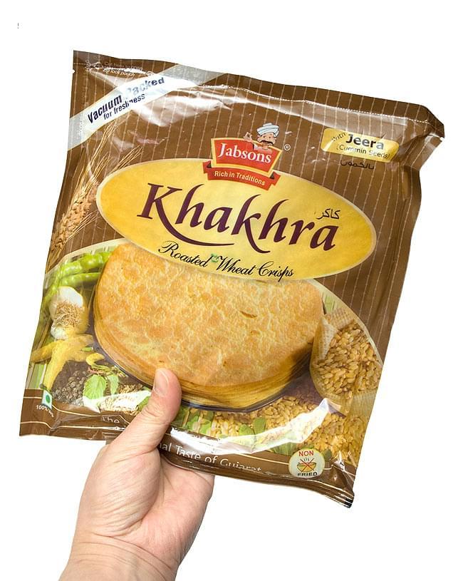 カークラ ジーラ - インド 薄せんべい クミン Khakhra Jeera 200g 【Jobsons】 4 - 手に持ってみました。結構、大きいです。約8〜10枚程入っています。