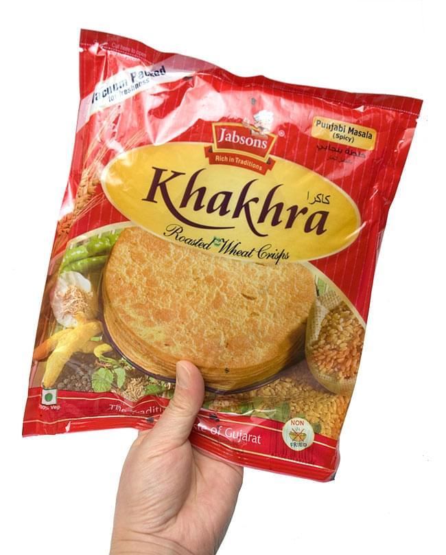 カークラマサラ - インド 薄せんべい  スパイシー Khakhra Masala 200g 【Jobsons】 4 - 手に持ってみました。結構、大きいです。約8〜10枚程入っています。