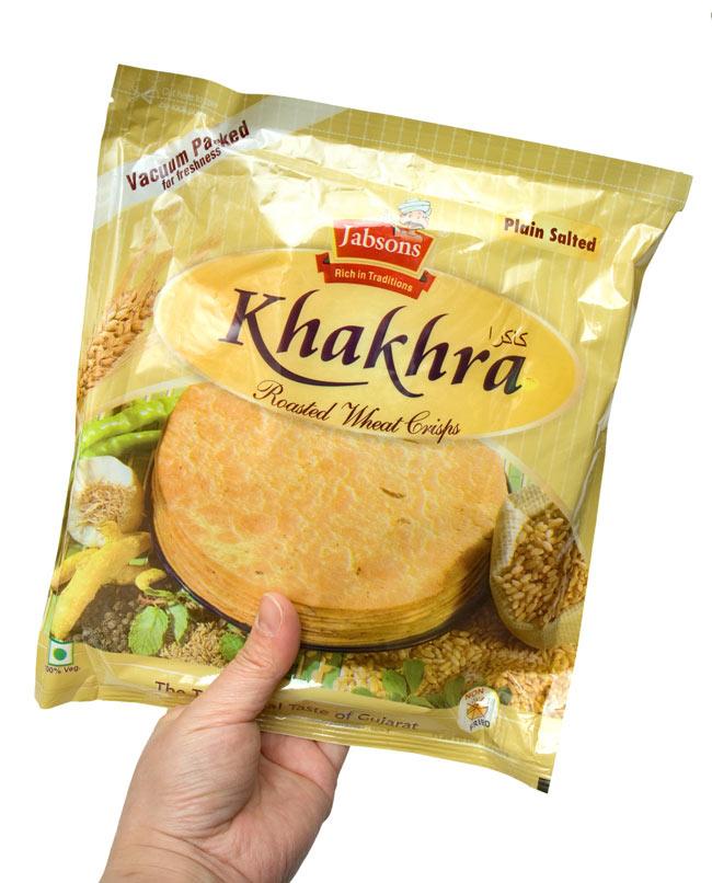 カークラ プレーン - インド 薄せんべい プレーン Khakhra Plain 200g 【Jobsons】 4 - 手に持ってみました。結構、大きいです。約8〜10枚程入っています。