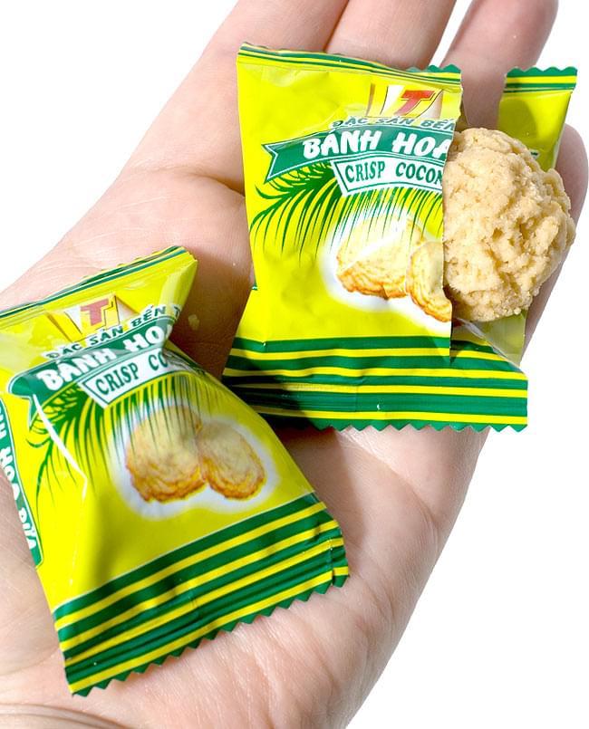 ベトナムココナッツクッキー 150g  【YEN HOANG】 3 - 手に乗せてみました。一口サイズで、どなたでも食べやすいです。