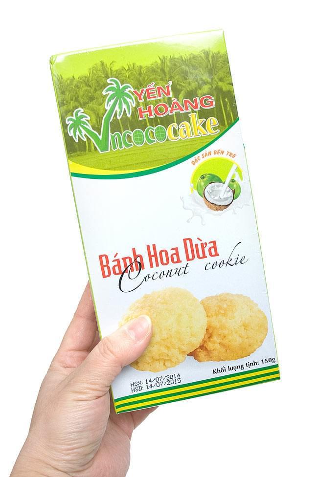 ベトナムココナッツクッキー 150g  【YEN HOANG】 4 - 手に持ってみました。大きな箱に1個1袋の個包装で入っています。結構、大きいです。