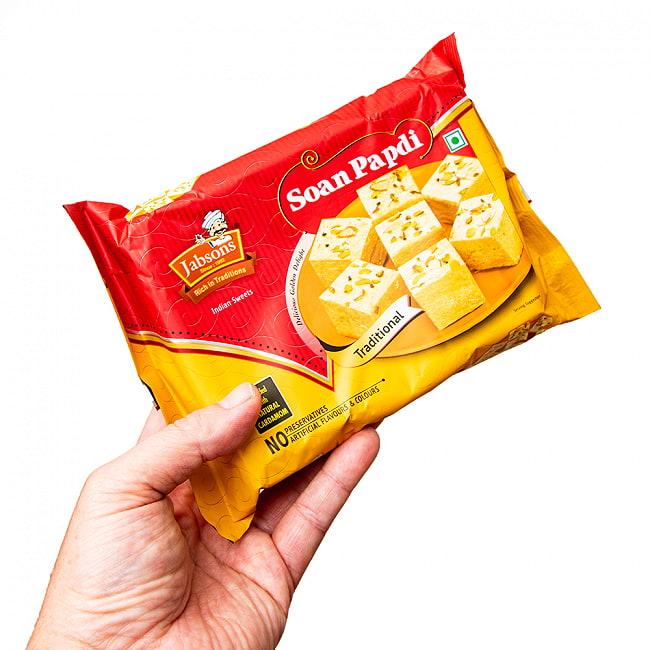 インドのお菓子 甘い甘い ソーン パブディ トラディショナル − SOAN PAPDI 3 - 手に持ってみました。牛乳に入れてもアイスにふりかけてもたっぷり使えますよ。これだけあれば、色々な楽しみ方でお楽しみいただけますよ。