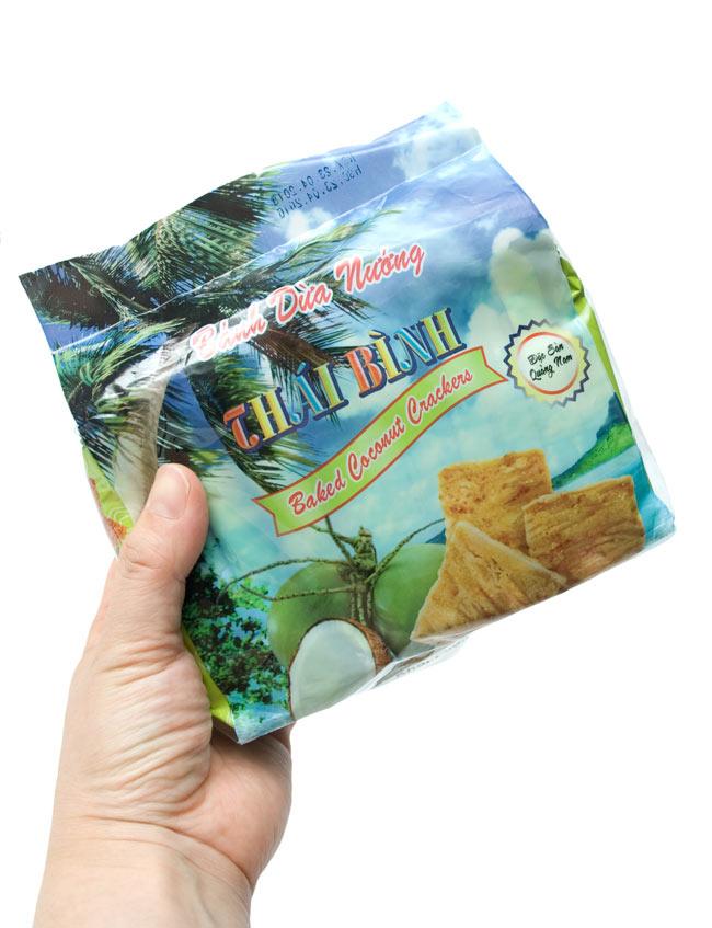 ベトナムスナック ココナッツクラッカー【THAI BINH】の写真5 - 手に持ってみました。
