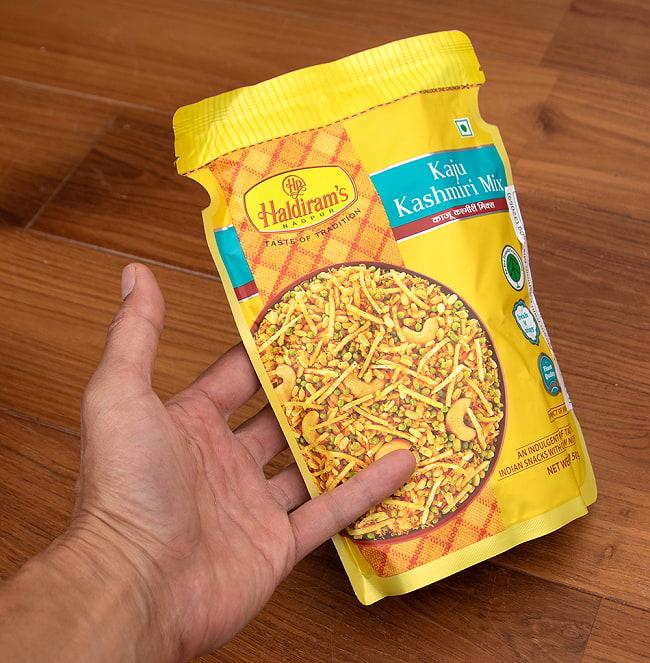 インドのお菓子 カシミールダルモット - KASHMIRI DALMOTH 4 - サイズ比較のために手に持ってみました