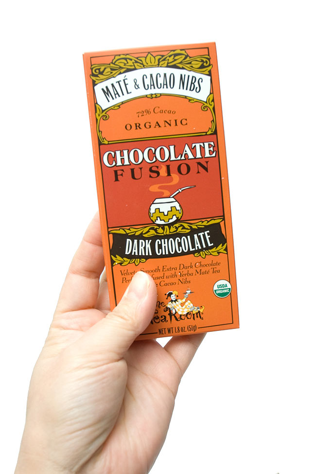 【冬季限定】オーガニックチョコレート - マテ &カカオニブ - Mate &Cacao Nibs 【The Tea Room】 4 - 手に持ってみました。おしゃれな外箱は、さりげなく飾ってみてははいかが?