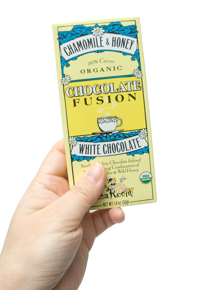 【冬季限定】オーガニックチョコレート - カモミール&ハニー - Chamomile &Honey 【The Tea Room】 4 - 手に持ってみました。おしゃれな外箱は、さりげなく飾ってみてははいかが?