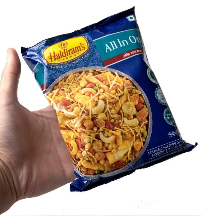 インドのお菓子 オールインワン - ALL IN ONE 6 - サイズ比較のために手に持ってみました