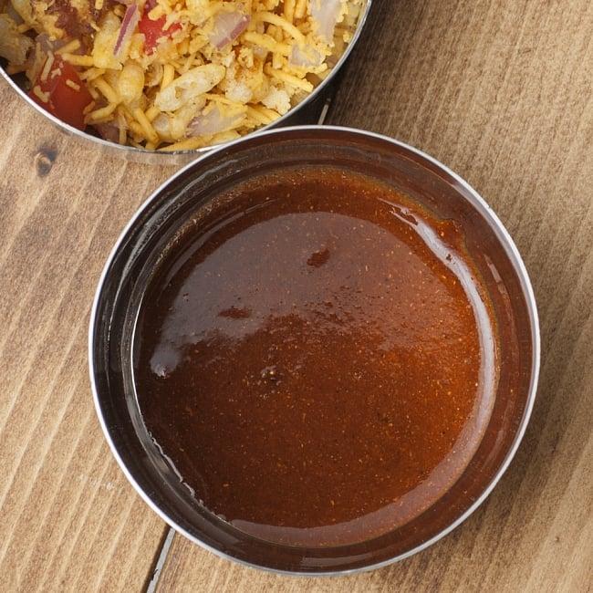 fatafat bhel(ファタファットベル)-Haldirams's-インドお菓子の写真3 - 甘酸っぱくスパイシーなソースを水に溶いて味付けします。