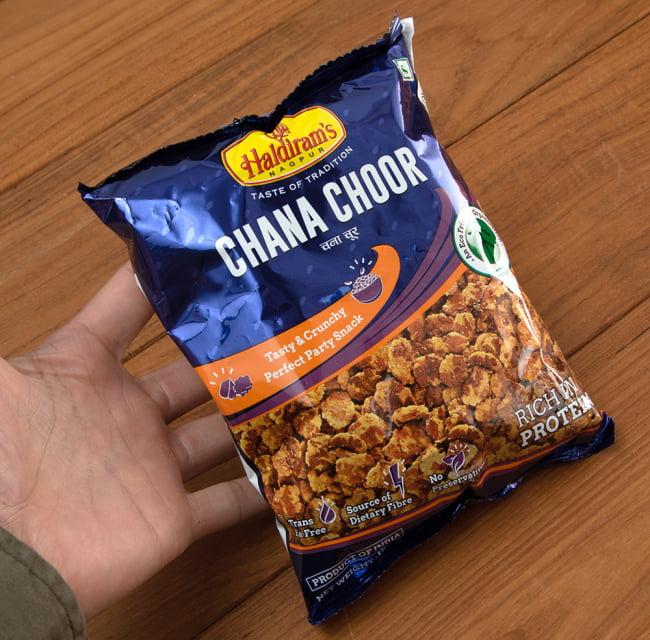 インドのお菓子 チャナチュール - CHANA CHOOR 4 - サイズ比較のために手に持ってみました