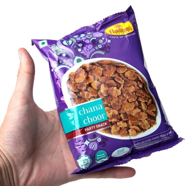インドのお菓子 チャナチュール - CHANA CHOOR 6 - サイズ比較のために手に持ってみました