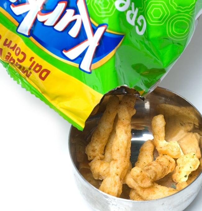 インドのスナック KurKure【Green Chutney Style味】 5 - パッケージを開けてみました。中のお菓子はスコーンやチートスのような感じ
