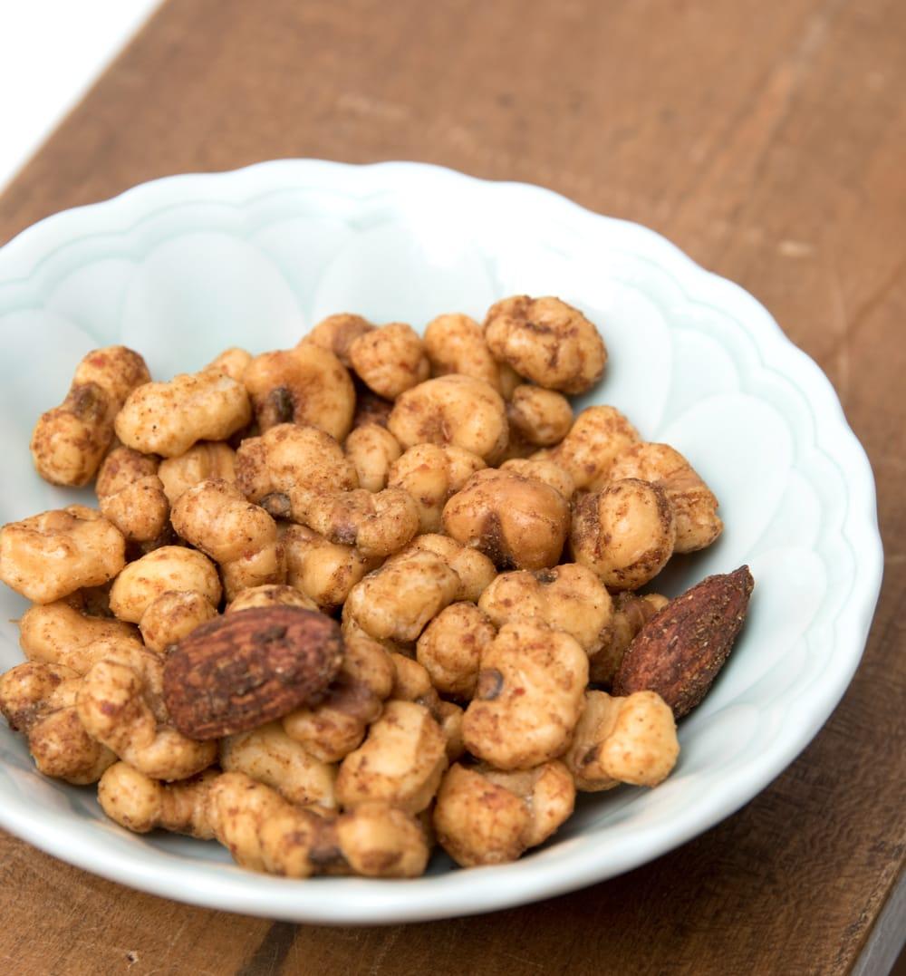[本格・極辛]北インドカレー風味スナックナッツ 4 - 中身を出した所