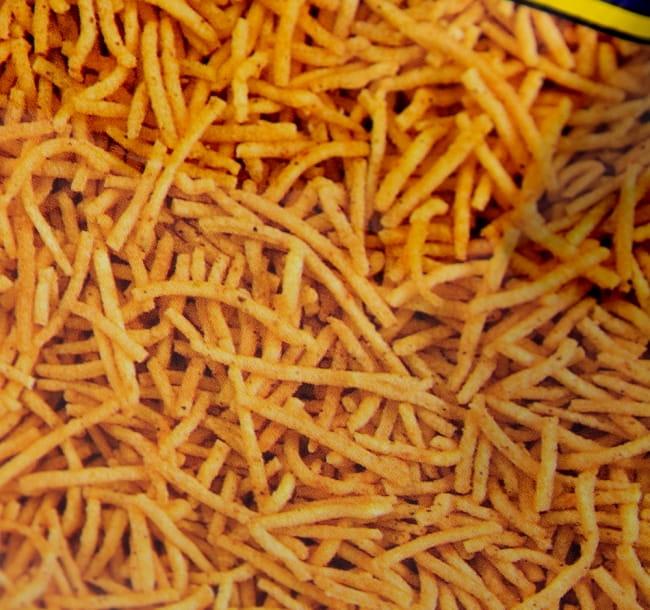 インドのお菓子 スパイシーポテトスナック アルーブジア - ALOO BHUJIA 5 - この様な細長いお菓子が入っています