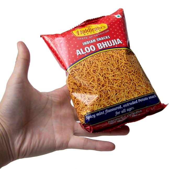 インドのお菓子 スパイシーポテトスナック アルーブジア - ALOO BHUJIA 6 - サイズ比較のために手に持ってみました