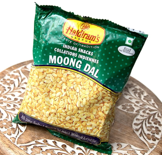 インドのお菓子 フライドビーンズ ムングダル - MOONG DAL 2 - 斜めから撮影しました
