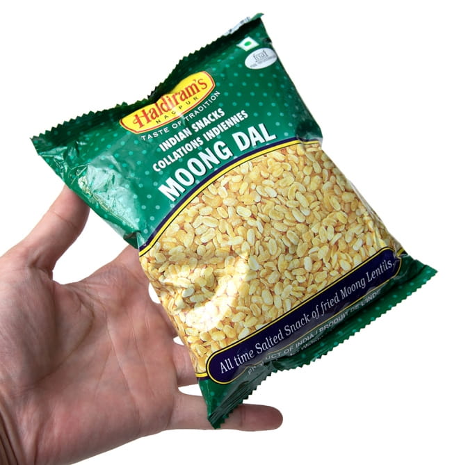 インドのお菓子 フライドビーンズ ムングダル - MOONG DAL 6 - サイズ比較のために手に持ってみました