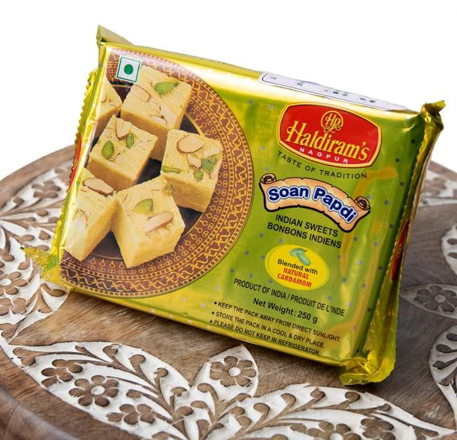 インドのお菓子  ソーン パブディ ピスタチオ リッチ − SOAN PAPDI 2 - 斜めから撮影しました