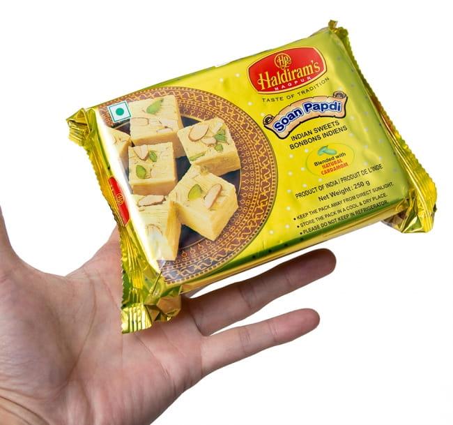 インドのお菓子  ソーン パブディ ピスタチオ リッチ − SOAN PAPDI 3 - サイズ比較のために手に持ってみました