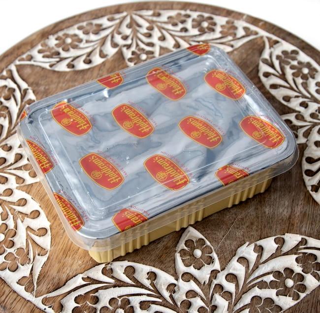 インドのお菓子  ソーン パブディ ピスタチオ リッチ − SOAN PAPDI 4 - 中を開けると、パッケージが出てきて