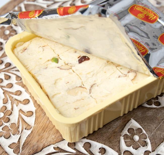 インドのお菓子  ソーン パブディ ピスタチオ リッチ − SOAN PAPDI 5 - もっと開けると、平べったいソーンパプディが出てきます
