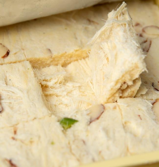 インドのお菓子  ソーン パブディ ピスタチオ リッチ − SOAN PAPDI 6 - ホロリと崩れる柔らかさです