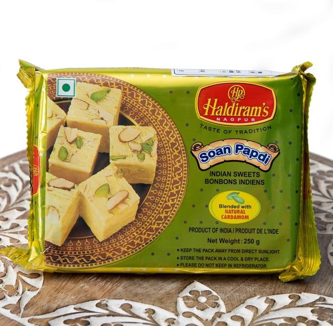 インドのお菓子 甘い甘い ソーン パブディ ピスタチオ リッチ − SOAN PAPDIの写真