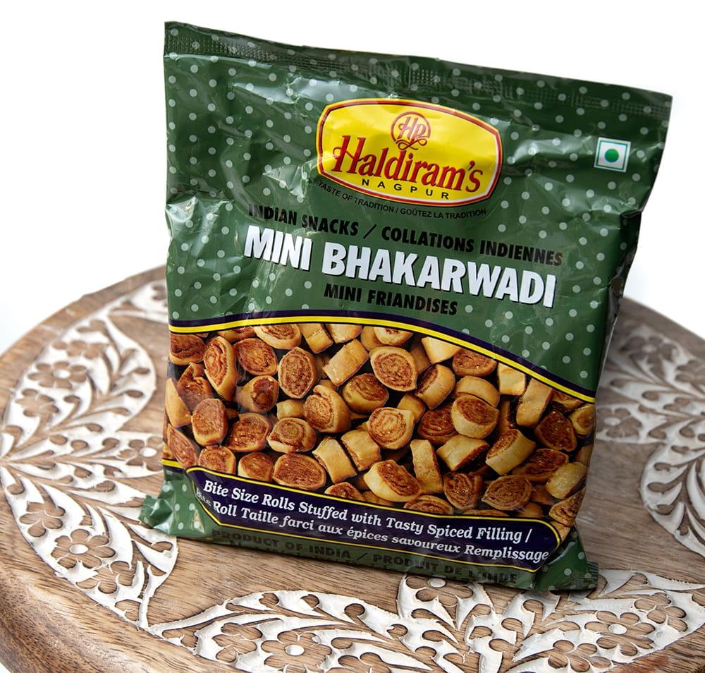 インドのお菓子 Mini Bhakarwadi - ミニバッカルワリ 2 - 斜めから撮影しました