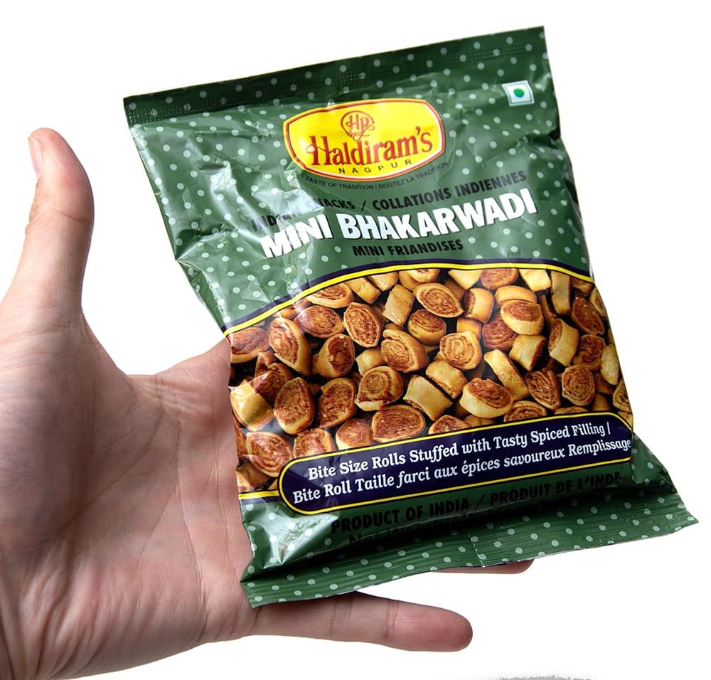 インドのお菓子 Mini Bhakarwadi - ミニバッカルワリ 6 - サイズ比較のために手に持ってみました