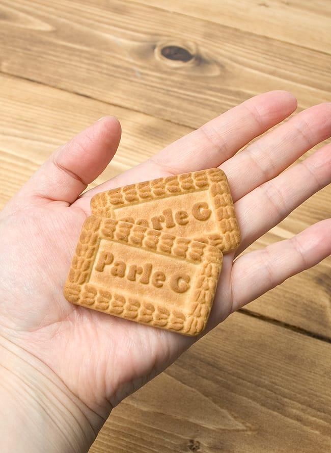 ミルキービスケット −パールジー 【Parle-G】 の写真3 - 手に持ってみました。食べやすい大きさです。