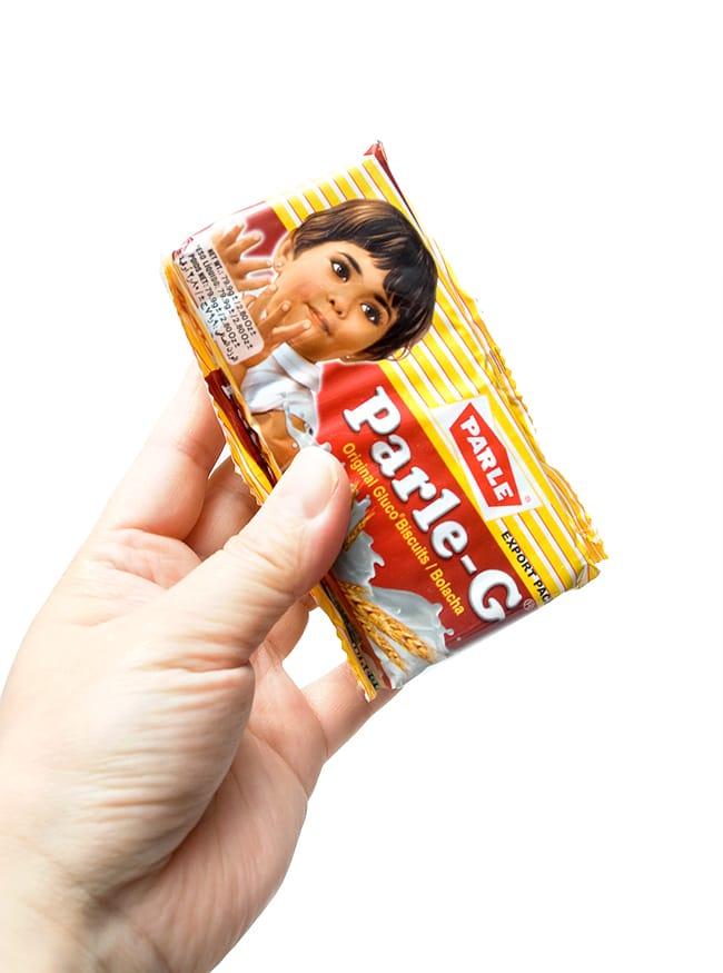 インドのビスケット・Parle-G パールG【グルコビスケット】 5 - 手に持ってみました。お散歩、ピクニックに3時のおやつに丁度いいおおきさかな?
