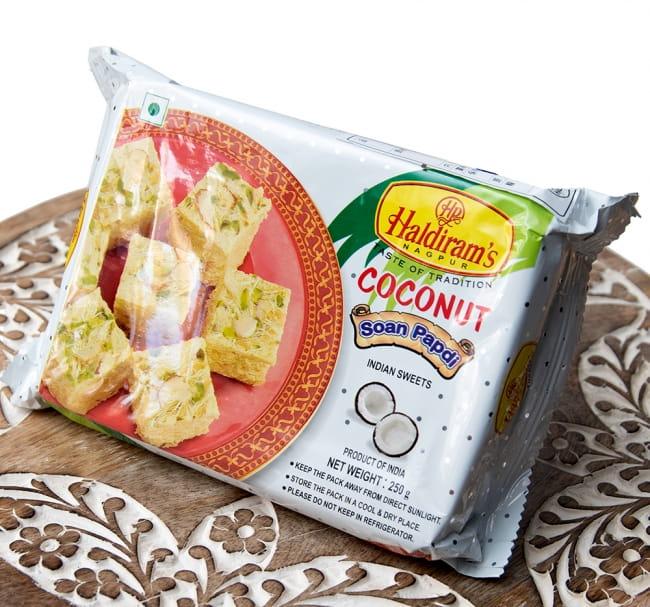 インドのお菓子 ソーンパブディ ココナッツ COCONUT SOAN PAPDI 2 - 斜めから撮影しました