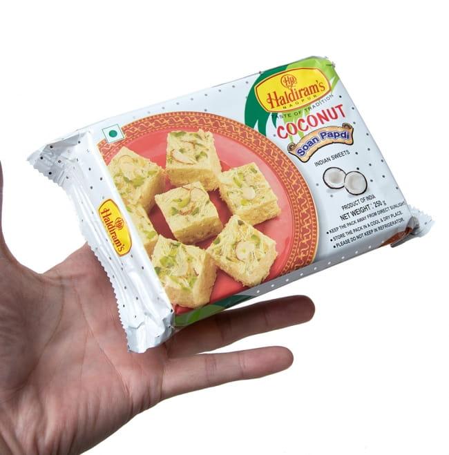 インドのお菓子 ソーンパブディ ココナッツ COCONUT SOAN PAPDI 3 - サイズ比較のために手に持ってみました