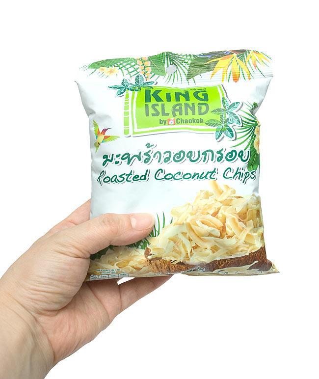 ココナッツチップス 40g 【KING ISLAND】 4 - 手に持ってみました。後引き注意なので、このぐらいの大きさのほうがいいのかと思います。