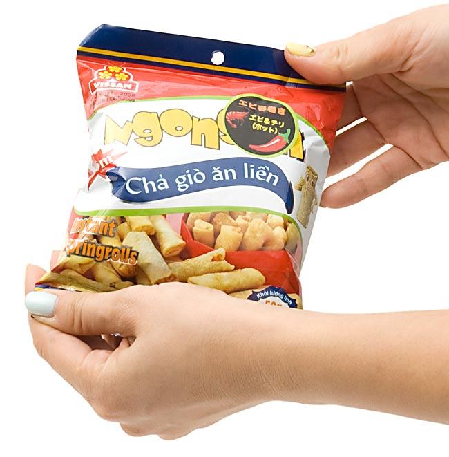 ベトナムスナック 海老ミニ春巻き 海老&ガーリック味 50g 【VISSAN】 3 - 手でもってみました。(写真は同じサイズの味違いです。)