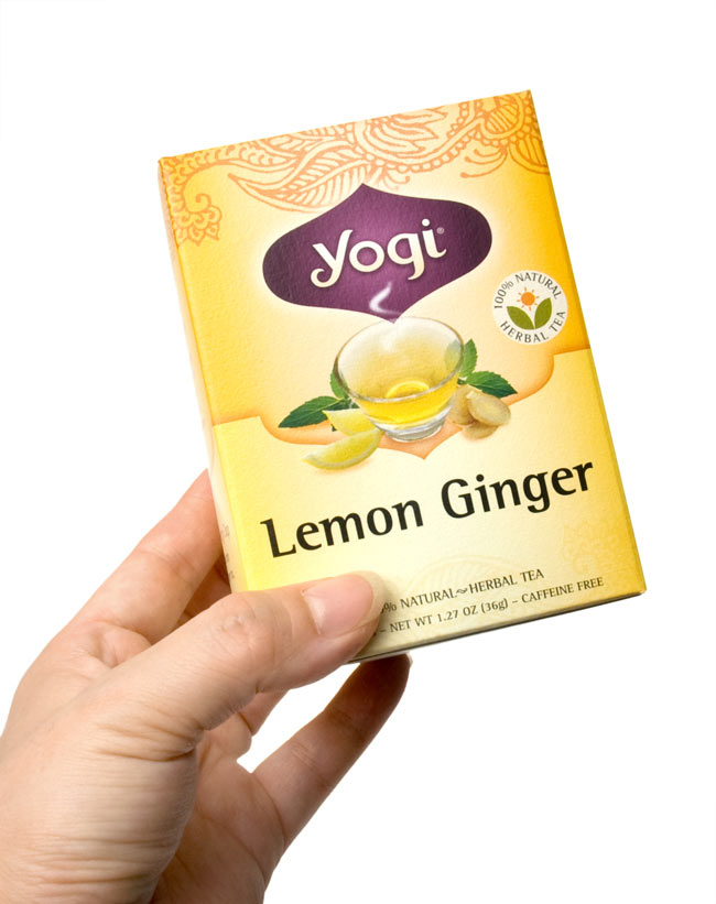 レモンジンジャー【Yogi tea ヨギティー】 3 - 手に持ってみました。横から開けるタイプで、そのまま収納に使えます。外箱を飾てもおしゃれ。