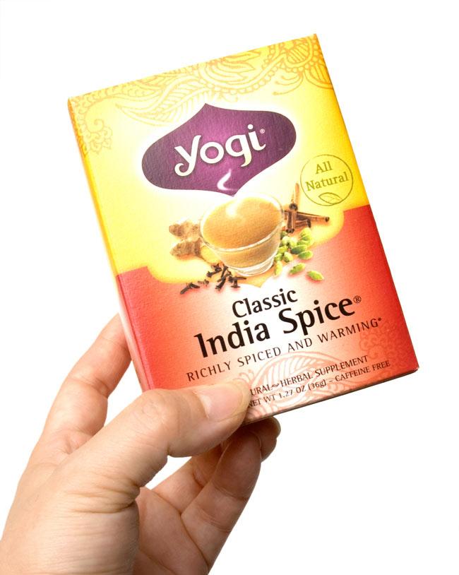 クラシックインドスパイス【Yogi tea ヨギティー】の写真3 - 手に持ってみました。横から開けるタイプで、そのまま収納に使えます。外箱を飾てもおしゃれ。
