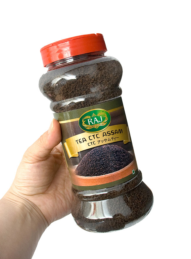 チャイ用 紅茶 CTC アッサムティー ボトル入り 250g 【RAJ】 3 - 手に持ってみました。紅茶がたくさん飲めますよ。