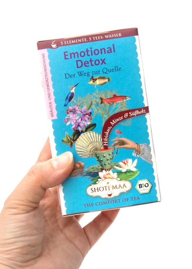 オーガニック ハーブ ティー   Emotional Detox 〜Water〜 〜心を自由に〜  【Haris Treasure】 2 - 手に持ってみました。1箱に16包入っています。もちろん個包装です。
