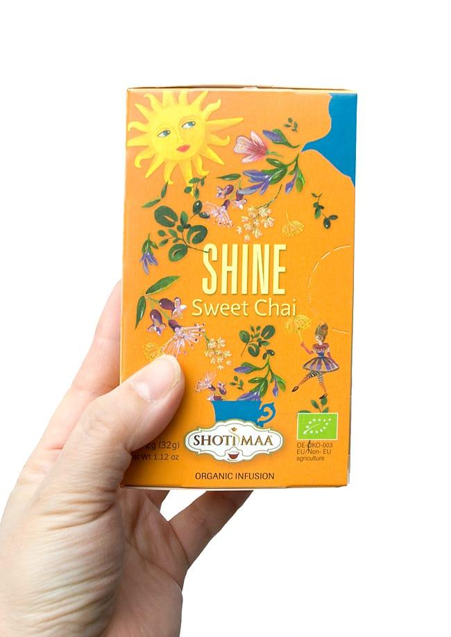 オーガニック スウィート チャイ Let it happen 〜Shine〜 【Haris Treasure】 3 - 手に持ってみました。1箱に16包入っています。もちろん個包装です。