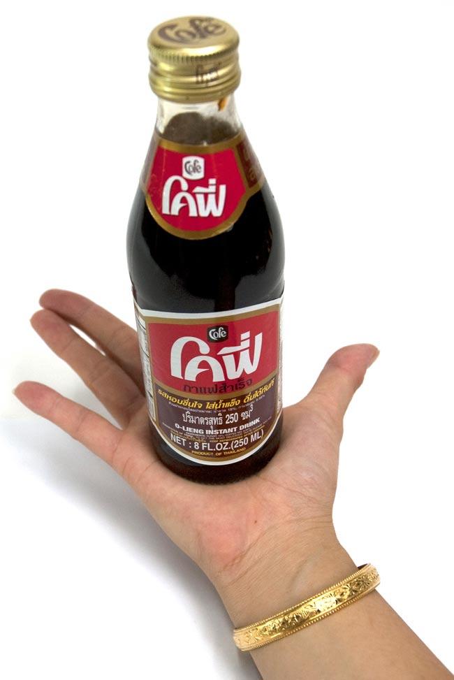 ブラックコーヒー 瓶 Sサイズ [240ml] 2 - 大きさが判るように手に持ってみました