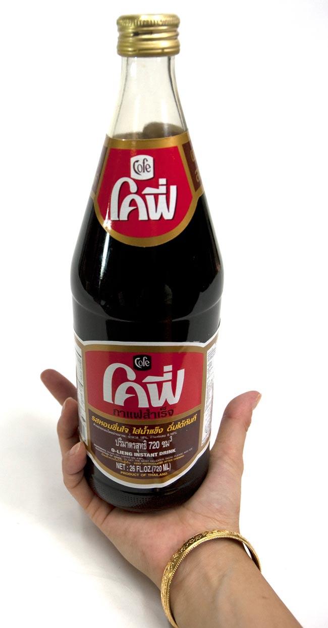 ブラックコーヒー 瓶 Lサイズ [720ml]の写真2 - 大きさが判るように手に持ってみました